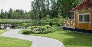 Trädgården och sjön utanför Rosenbadet