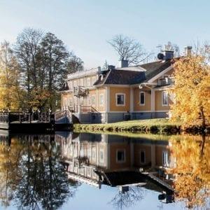 Herrgården ligger intill Dufweholmssjön