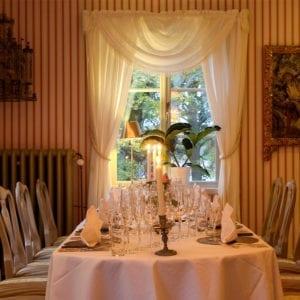 Middagen serveras i herrgårdens personligt inredda matsalar