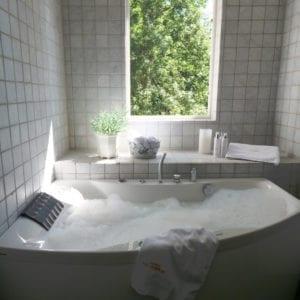 Koppla av i badkaret och blicka ut mot Dufweholmssjön