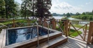 Ta ett uppfriskande dopp i vår utomhuspool